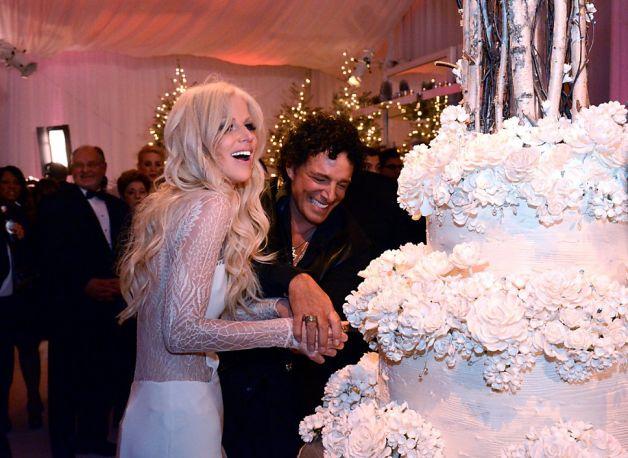 schon cutting cake