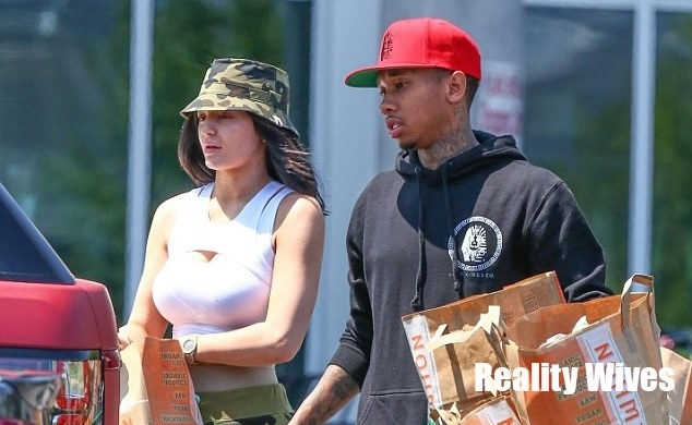 Kylie Jenner-Tyga-shopping-11-june-2015-md