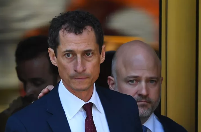 Anthony Weiner leaving court